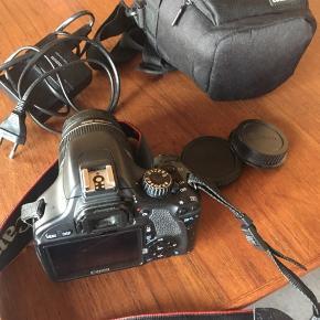 Komplet Canon EOS 550D 18-35mm spejlreflekskamera med beskyttelseslinse, kamerataske og 32GB SD memorykort. Købt i  2011. Fungerer perfekt. Originalpris for alt var 7000kr.