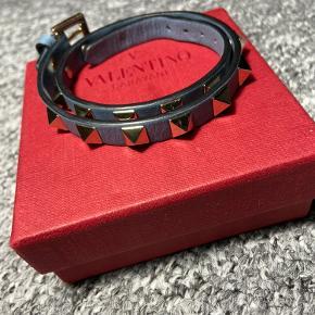 Valentino double-armbånd  Cond: 8-9  Farve: blå OG: box 📦 NP: 1500kr Mp: 600kr Hh: 700kr Bin: 800kr Smid en pb, for flere billeder/spørgsmål⚡️