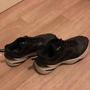 Jeg sælger mine Nike tekno, de er brugte, trænger til en klud, men ellers er de i god stand.