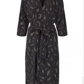 Smuk kimono, fejler intet, kun brugt en gang, oversize så passer op til i hvert fald large. Np 700kr😊
