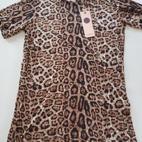 T-shirt med dyreprint. Ny. Str S. Nypris 250 kr. 100% viskose. Længde ca. 63 cm. Bredde ca. 42 cm.  Køber betaler evt porto. Dao 37 kr.