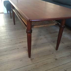 Meget smukt teak sofabord med flet.   Mål: - 155 x 53,5 cm - højde: 54 cm