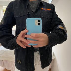 Cowboy lignede jakke fra Zara. Brugt men fin stand. Størrelse S - men fra drengeafdeling.  Jeg bruger normalt selv xs/s i overdele og er ca. 165 høj.  Mener ny pris var omkring de 300 kr