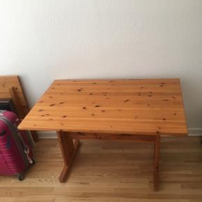 Spisebord af træ kan afhentes på adresse. Medtaget men praktisk.  Der er en ekstra bordplade til.  Længde: 117 cm (med plade: 157cm) Bredde: 79cm Højde: 71cm