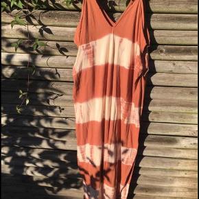 Perfekt maxi tie dye sommerkjole. Meget fleksibel i størrelse. Smuk farve 🌞🌛✨ kun brugt få gange   Kan også bruges over et par løse hør bukser for et rigtig boho look 🌻💫🌛  💚♻️ Prisen er fast & jeg bytter ikke