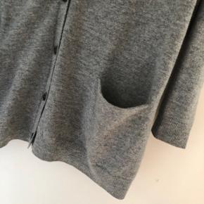Super fin cardigan i 100% lamme uld fra COS. Brugt, men stadig i pæn stand. Der er lidt fnuller i stoffet nogle steder - som der jo tit kommer når det er uld. Bytter ikke.