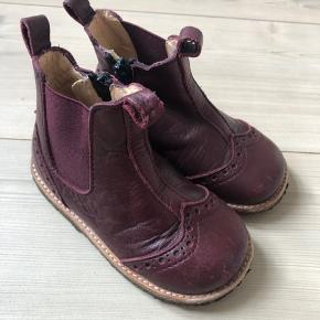 Fine Angulus støvler med lynlåse og knap på indersiden  BYD