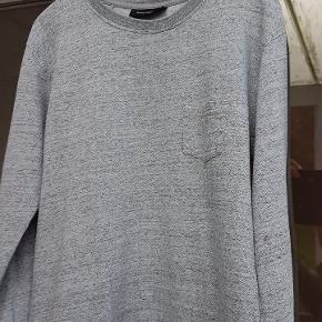 Sweat sweatshirt 🌟 Won Hundred Lavet i lys gråmeleret 100% bomuld.  Med påsyet lomme.  Længde ca 65 cm. Brystvidde ca 50cm. Vurderer den størrelsessvarende. Modellen er hverken stram eller meget oversized, men almindelig løs i det.  Ikke brugt ret meget, ingen tegn på brug hvad jeg kan se, men sætter stand til gmb for en sikkerheds skyld