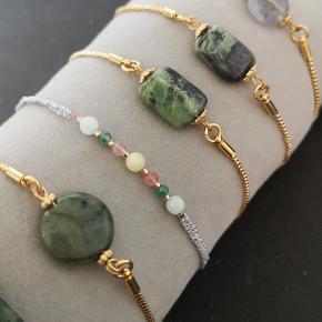 Smukke armbånd med natursten. Justerbar så passes af alle. Her ses smykker med grøn jade  Pris  100kr   Sender gerne med DAO 38kr og postnord 15kr som uforsikret brev.