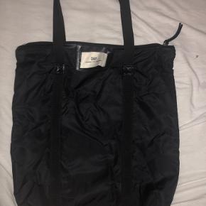 Denne her day taske er aldrig brugt bare lægget i et skab ingen skader eller noget mega fin og stor til computer osv