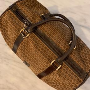 """Vintage Fendi """"bowling bag"""" taske i den fineste stand.   Fantastisk god størrelse og med signatur fendi logo og farve. Bud er velkomne 😊"""
