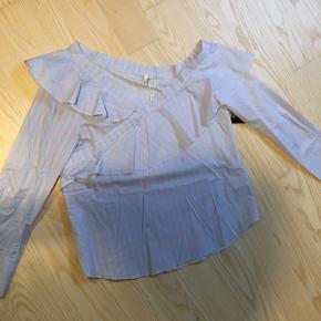 Bluse med fin udskæring (går ned midt på den ene arm)Str 40  Nypris: 160,-   KOM MED ET BUD   Tjek også mine andre annoncer, så ka vi måske finde en samlet pris på flere varer 🤗
