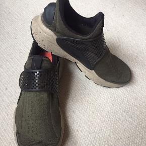 Nike sock dart, military Green str 38,5. Brug ses nærmest ikke.  Ny pris 800kr  Klik på foto ved 'mød sælgeren', og se alle mine fine ting🦋