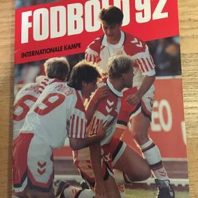 Fodbold 92 internationale kampe Carlsen fodbold årsbog fra året 1992  50kr Kan hentes kbh v eller sendes for 40kr dao