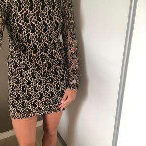 Smuk kjole med lidt dybere ryg og en tætsiddende facon.