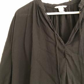 Fin sort tunika fra H&M Trend. Den har været brugt, men fejler ikke noget.  Prisen er uden porto og jeg sender kun mine ting :)