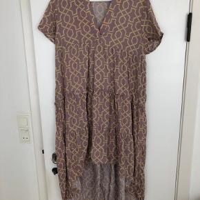 Super flot high/low kjole. Jeg har kun brugt den én gang og vasket den efterfølgende. Er så god som ny.