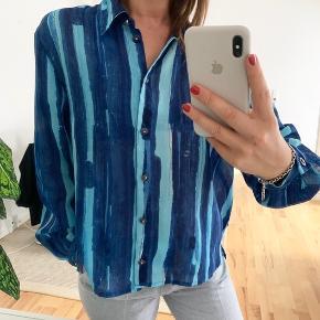 Skøn skjorte i det fineste print og let transparent stof 💙