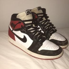 Nike Jordan 1 Black Toe High (2013) Str: 44,5 Cond: 5 (jeg har brugt dem meget, og har ikke vasket dem før. Der er et flaw ved snørebåndet) Pris for et par nye på StockX: 550$ (3.600kr) MP: 1750kr (budt) BIN: 2250kr