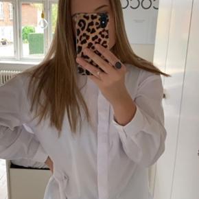 🦋 Hej alle 🦋  Jeg sælger denne fede skjorte. Den er oversized og især rigtig fed med en strik over.   Skriv for mere information eller flere billeder - byd gerne 🦋