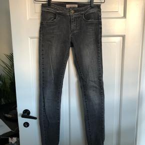 Lækre mid-rise jeans fra Global Funk ✨De er slim fit med stretch og har en rigtig fin wash med en smule distressed design  Det er str XS (fitter S-M). Har ikke længde på dem, men jeg er ca. 175cm høj og de stumper ikke 😊 NP: 600