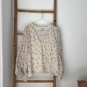 Jeg sælger min fine og populære trøje fra Ganni, da jeg ikke bruger den. Den er købt her på TS, men aldrig brugt :) Passer en XS-M, da den er oversize