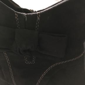 Sorte ankelstøvler i nubuck, str. 36, mrk. Marco Tozzi. Detalje med sløjfe. Brugt 2 gange. Nypris 450.