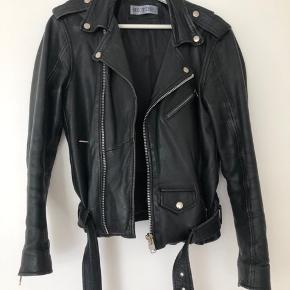 Meotine Classic Biker Leather Jacket - Jakken er brugt men i god stand. Læderet bærer kun præg af brug ved kanter (se billeder) & så er det selvfølgelig blevet lækkert og blødt med tiden.