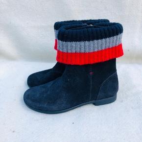 Helt nye støvler fra Tommy Hilfiger i økologisk ruskind. Bløde og lækre. Nypris 799,- Det er str 31. Syntes dog de er lidt små i størrelsen. Derfor aldrig brugt.