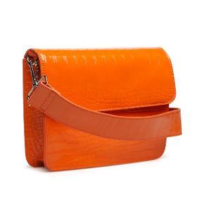 Cayman-taske fra Hvisk i orange. Det er med kort rem ☺️ Standen er helt fin, men tasken er brugt. Det ses på siden af tasken, dog ikke når man har den på. Spørg evt. for flere billeder 🎈