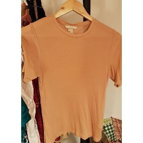 Silke / modal blanding T-shirt i nude. Aldrig brugt. Dejlig blød og ikke særligt gennemsigtig