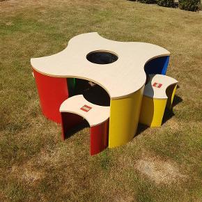 Reserveret til lørdag!!!  Rigtig lækkert unikt Lego legebord sælges.  Mål: 85x85x46cm   Medfølger 4 skamler (siddehøjde 28cm) i matchende farver (rød, gul, grøn og blå).  Har enkelte brugsmærker, men uden betydning.   Hentes usamlet. Originale skruer medfølger selvfølgelig.   Afhentes 6715 Bryndum Kan evt leveres i Esbjerg 👍