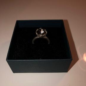 Ægte sølv Sterling 925 ring med stor sten som ligner diamant. Købt i smykkebutik i Christiansfeld til 900kr. Ved ikke størrelse, men på billede to kan det muligvis fornemmes.  Gætter s-m. Har ændre sølvsmykker til salg på min side. Tjek gerne ud! Pris:  400 kr. eks fragt