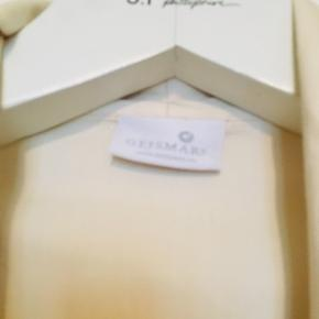 Lækker House coat fra Geismars i 100% egyptisk bomuld. Unisex str. M. I den bedste ende af gmb uden huller , pletter, fnuller eller lign. Farven er creme hvid.  Mål:  Længde: 110 cm fra nakken og ned. Brystmål: 61 cm målt på tværs bagpå fra armhule til armhule. Søgeord: kimono housecoats morgenkåbe leisure wear egyptian cotton bomuld råhvid creme lommer