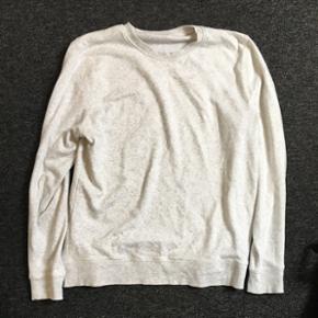 Trøje/sweatshirt fra H&M. Brugt meget få gange, så den er næsten så god som ny!