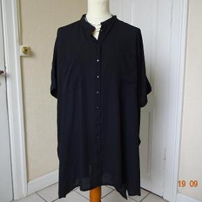 Let skjorte i str 50 sælges, den er meget stor, der er lommer i siden af skjorten,    Bytter ikke. Brystmål:88 x2 Længde: 92 Materiale: 100 % Polyester Prisen er 70 kr + porto. Se også de andre annoncer jeg har i BIB.