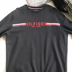Tommy hilfiger crewneck købt i Milano  Lækker trøje jeg bruger meget lidt.  Cond 8/10  Ingen flaws, men den er blevet vasket et par gange.  Kan sende/meetup på købers regning