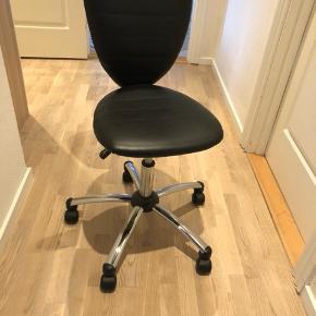 Kontorstol købt i Ide møbler for 499 kr Sælges for 50 kr  Slid ( se billede 2 )