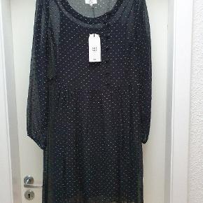 Smuk let kjole med underkjolen.  Brystmål 51.cm. x 2. Odense
