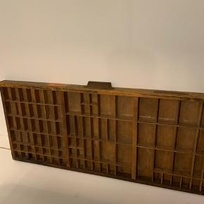 Original sættekasse fra trykkeri. Originalt greb. Den har godt med charme og patina og perfekt til opbevaring af små nips. 82cm X 32cm X 4cm.  Skal afhentes på Østerbro.