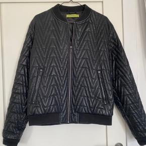 Super fin jakke fra Versace jeans. Jeg er en str m og den er oversized på mig. Faux leather.
