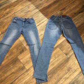 2 x Mono jeans i samme str. 14 år sælges samlet. De er helt ens. Rigtig fine endnu og helt uden slid. De kan spændes ud/ind i livet. Prisen er for begge par. Fra røgfrit hjem. Sender med DAO.