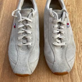 Nogle vintage Tommy Hilfiger sko til salg. Sælger fordi de står og samler støv. Skriv hvis i har spørgsmål eller vil have flere billeder :)