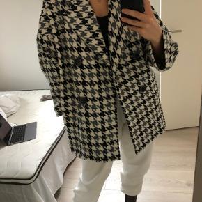 Super fed jakke fra Zara i str M/L. Fitter oversized, og er super rar at have på!🖤 kun brugt et par gange!