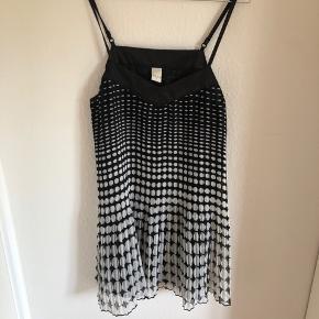 Sælger denne super søde kjole med prikker  fra Vila🌸   Mængderabat gives!