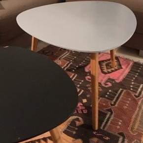 2 sofaborde fra søstrene grene. Det lille har en flig slået af og ridser på bordpladen, men det større af bordene er i hel fin stand