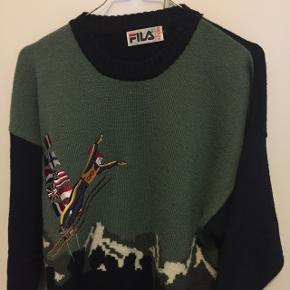 Vintage Fila sweater i sindssyg kvalitet. Dejlig varm  og cozy.  Sælges da den er for lille.  Passer ca. som en small-medium  350kr +porto