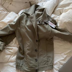 Det er en super fed Royal Vintage jakke, som aldrig er blevet brugt.