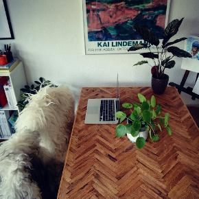 Kan leveres for 100kr i KBH.  Sildebensbord af ege-parket. Måler 122*80 cm. Smukt rustikt bord i flotte nuancer, der til en hver tid slår dine venners trivielle plankeborde.   Perfekt til den lille lejlighed / værelset , hvor du vil have et unikt bord til 4 personer.   Kan beses i KBH NV. Hvis du skal have bukkene med er det 120 kr oveni.