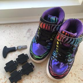 Heelys rullesko, str 31. Brugt ganske få gange da min datter ikke havde motorik til dem. De er ganske som nye. Medfølgende udstyr så hjulene kan tages af og de bliver til almindelige sko.   Nypris 600 kr.